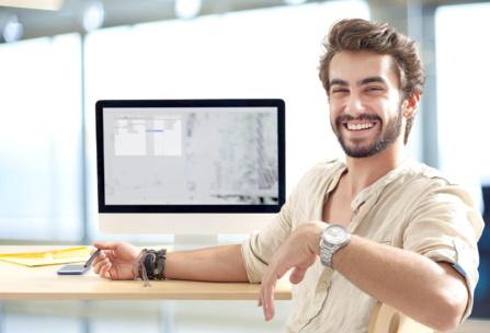 Le développeur web créé le code source du site web