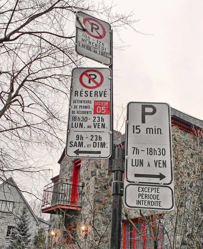 Panneaux de stationnent à Montréal