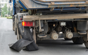 éclatement d'un pneu sur un véhicule lourd